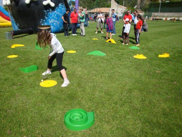Nous proposons à la location notre parcours mini golf pour enfants et adolescents. Notre parcours sportif saura à coup sur ravire vos convives. Parfait pour les anniversaires, les kermesses et les fêtes sportives.