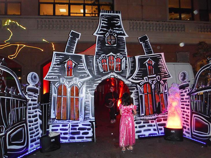D coration halloween starkit location d coration for Decoration maison horreur