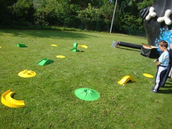 Nous louons notre parcours mini-golf pour enfant pas cher. Equipez d'un club de golf et d'une balle réussissez notre parcours 18 trous.