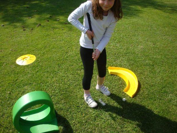 Nous proposons cette animation mini golf ouverte à tous. Pour les petits comme pour les grands, venez vous exercer en famille dan ce mini-golf à petit prix.