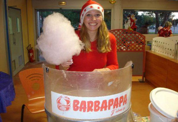 Nous proposons à la location notre Stand Gourmand Barbe à Papa. Venez gouter en famille à cette prestation incontournable des fêtes foraines.